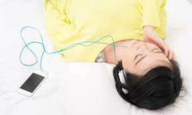 ฟังเพลงก่อนนอนมีข้อดีอะไรบ้าง
